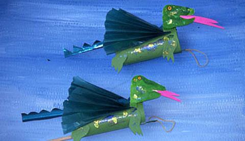 Basteln mit tonkarton fliegende feuerdrachen kizz for Drachen basteln im kindergarten