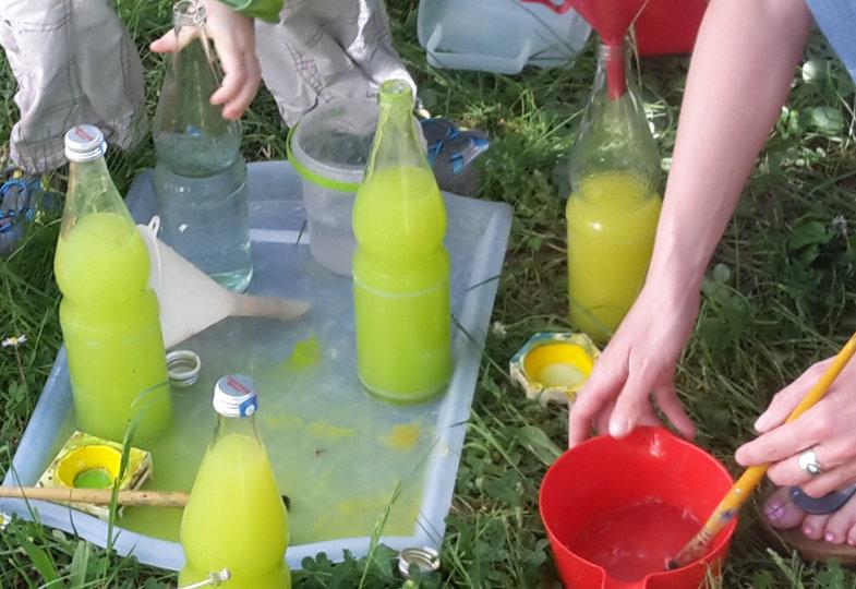 Eine kreative Idee mit Flaschen und Farben: Flaschen einfärben