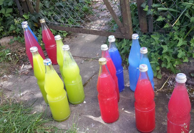 Eine kreative Idee mit Flaschen und Farben: Farben mischen