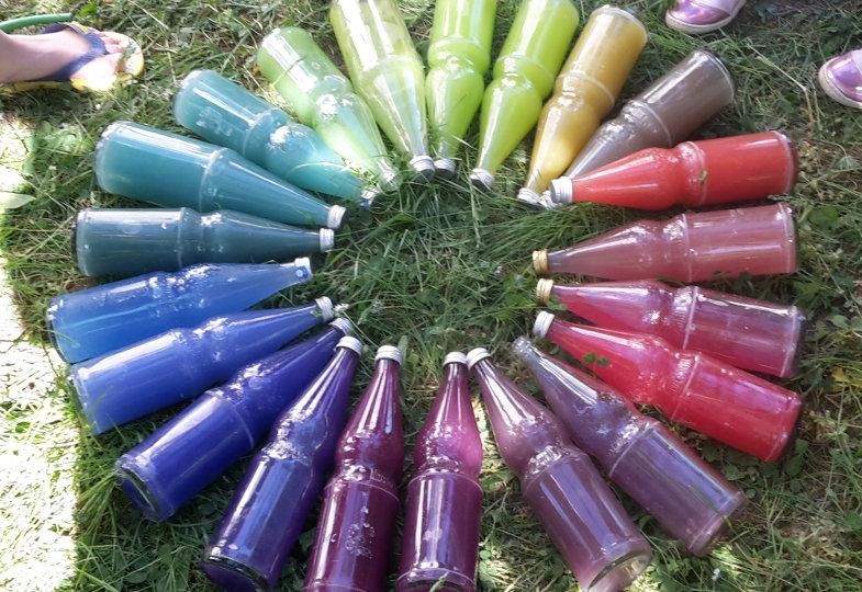 Eine kreative Idee mit Flaschen und Farben: Farbtöne vergleichen