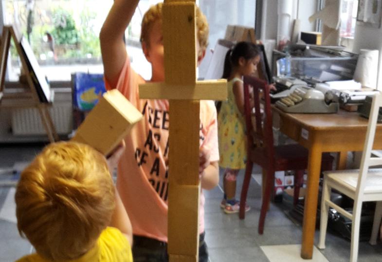 Eine kreative Idee aus Holzklötzen und Papierkügelchen