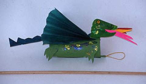 basteln-mit-tonkarton-fliegende-feuerdrachen