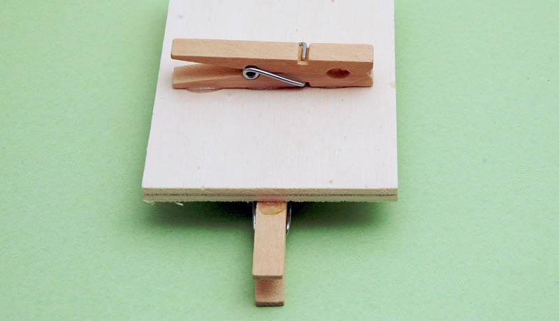 Basteln mit Wäscheklammern: Ballschleuder auf die Torwand