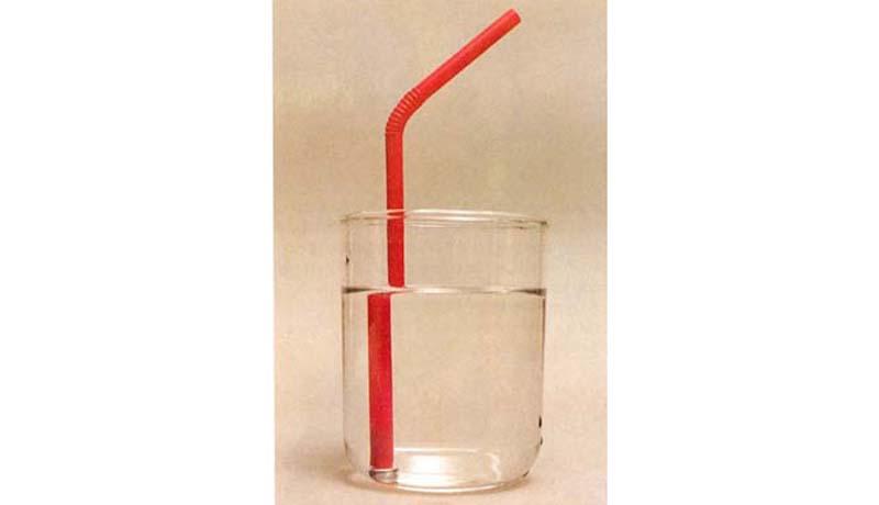 Blick durchs Wasserglas: Knick in der Optik