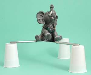 Brücke aus Besteck: Elefant auf Messern 3