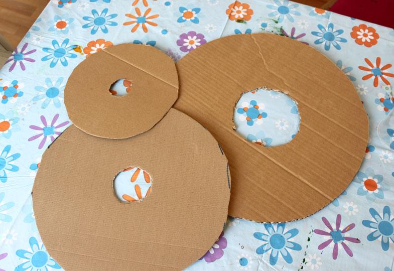Zwei gleichgroße Kreise auf Pappe aufzeichnen und ausschneiden.