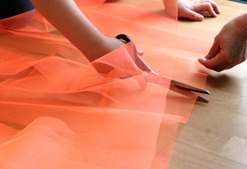 Das Tüllstück mittig falten und an der geschlossenen Seite mehrfach im Abstand von 10 cm einschneiden. Achtung! Immer 10 cm vor dem Ende stoppen.