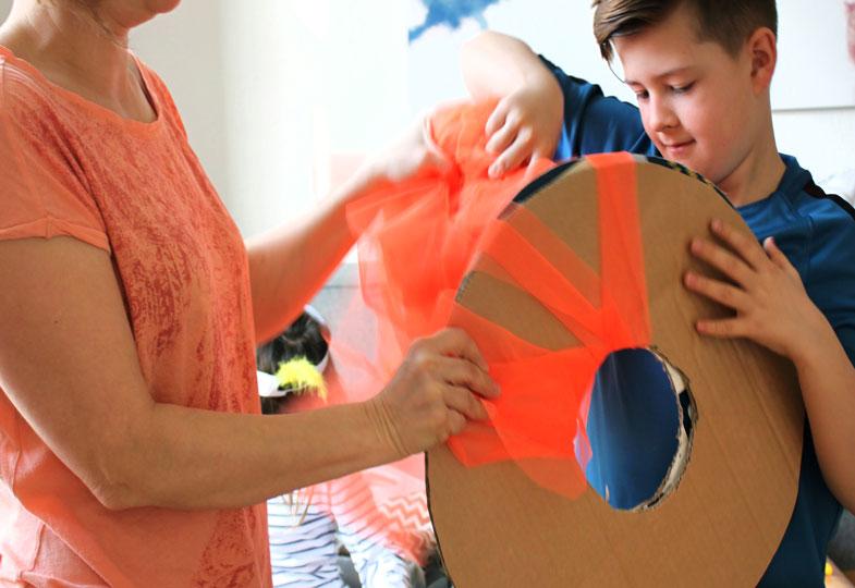 Pappringe aufeinander legen und mit dem Tüllstreifen umwickeln.