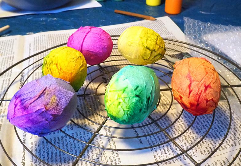 Die umwickelten Eier über Nacht auf einem Küchenrost zu Ende trocknen lassen.