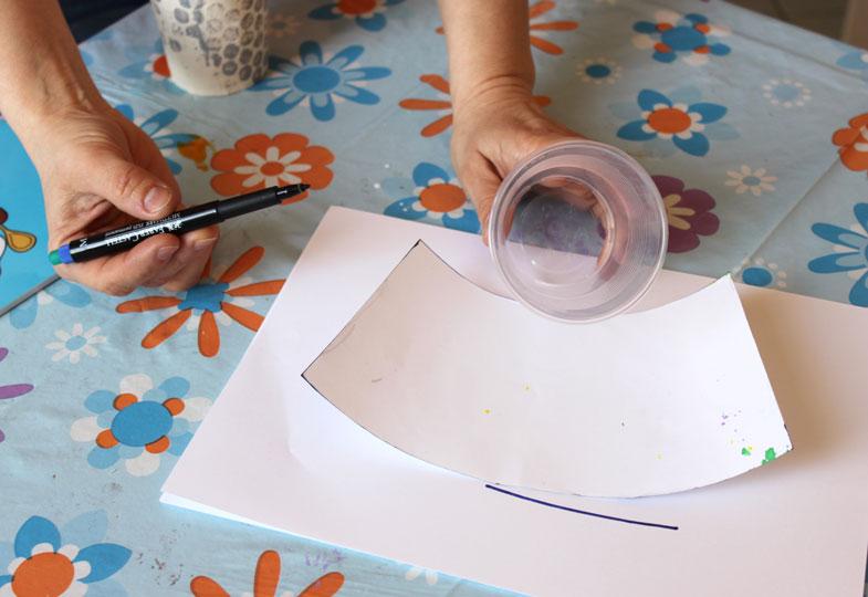 Für die Variante zuerst den Becherumriss aufzeichnen und ausschneiden.