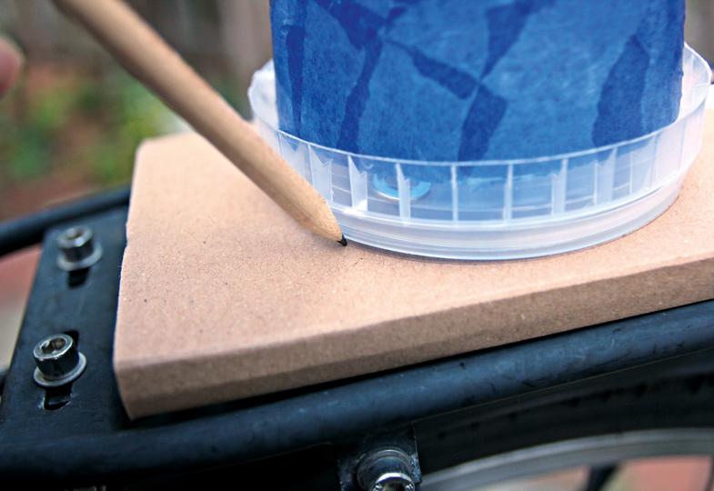 Mit einem Bleistift markieren, an welcher Stelle das Blaulicht befestigt werden soll.