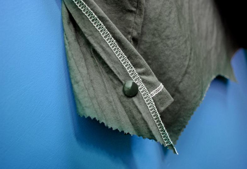 Druckknöpfe an Shirt und Flügel mithilfe eines entsprechenden Werkzeugs anbringen.