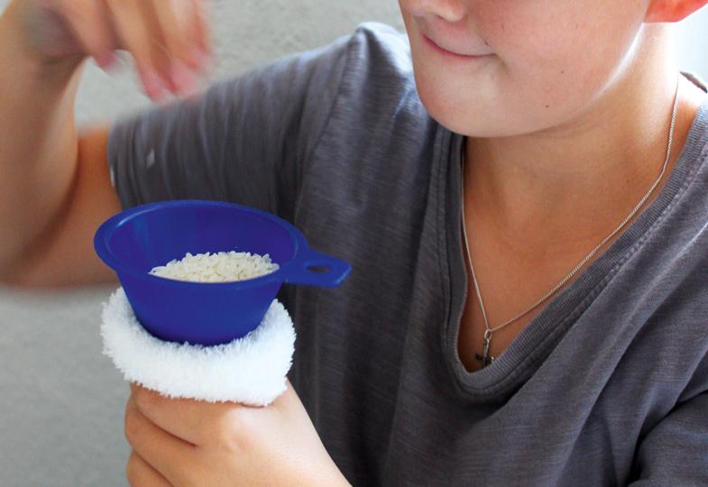 Zunächst wird eine Kuschelsocke mit Reis gefüllt.