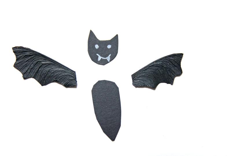 Flügel mit schwarzer Farbe bemalen und aus Pappe den Kopf ausschneiden.