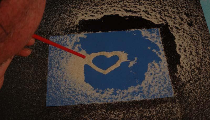 Malen mit Sand: (Un-)vergängliche Spuren auf Papier 2