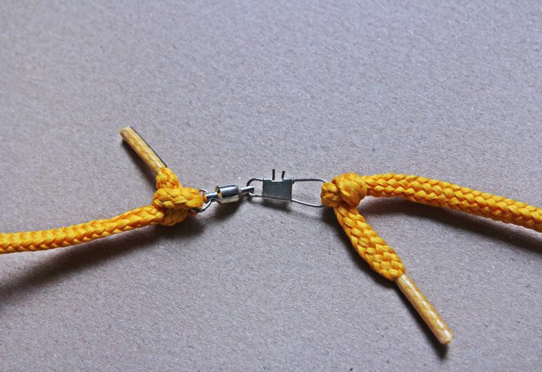Tipp: Die Schnüre verdehen sich beim Spielen nicht, wenn man sie teilt und dazwischen einen Wirbel aus dem Anglerbedarf befestigt.