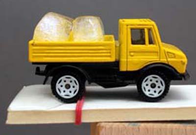 Spielzeugauto als Versuchsobjekt: Eiskalte Fracht 1