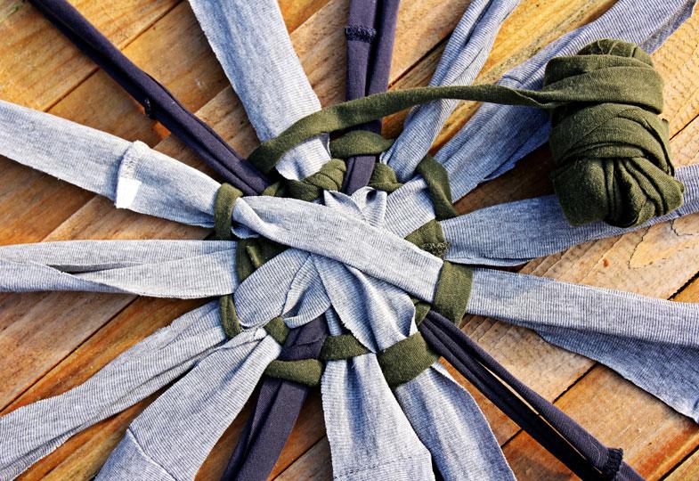 Garn in der Mitte des Strahls festknoten und dann locker im Kreis herum verweben.