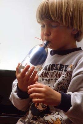 Trick mit Luftballon und Trinkhalm: Ballon in der Flasche