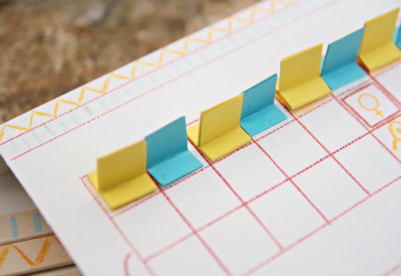 Für die Spielfiguren werden 10 Papierstreifen zurechtgeschnitten, wie auf dem Bild gefaltet und verklebt.