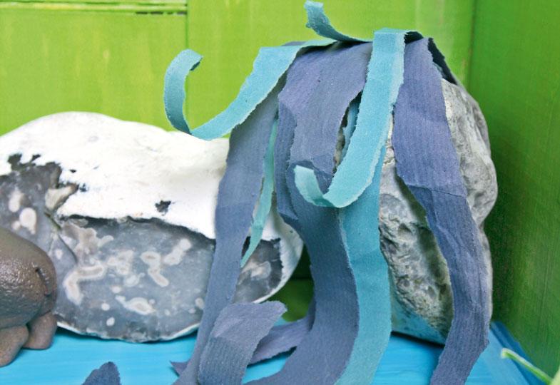 Aus einem Stein und blauen Papierstreifen lässt sich schnell ein Wasserfall zaubern.
