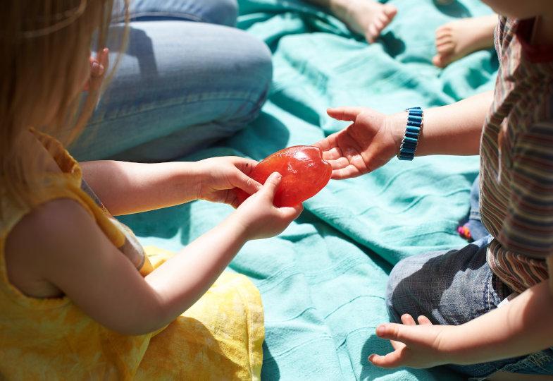 Eiszeit! Frostige Spiele für Kleinkinder an heißen Sommertagen