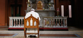 Papst Franziskus betet für Missbrauchsopfer