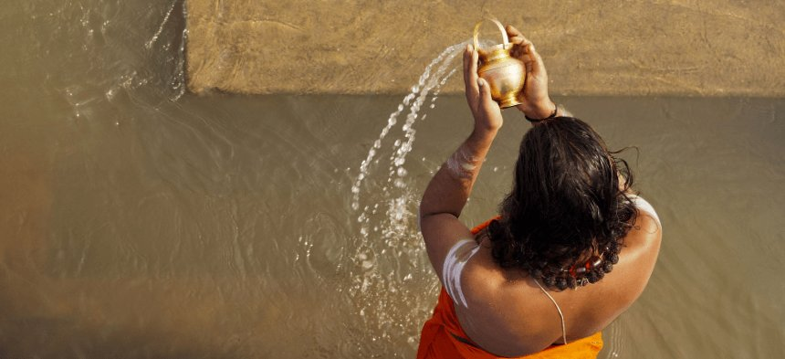 Hindu beim Bad im Heiligen Fluss Ganges.