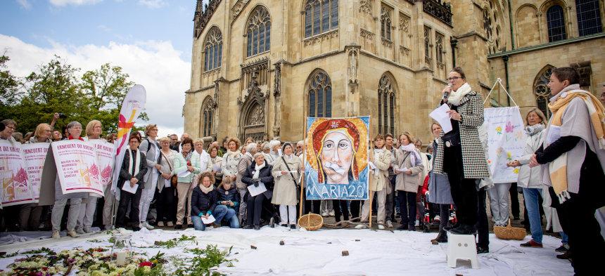Frauen bei der Mahnwache Maria 2.0