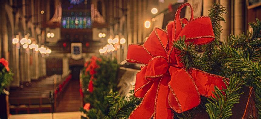 weihnachtlich geschmückte Kirche