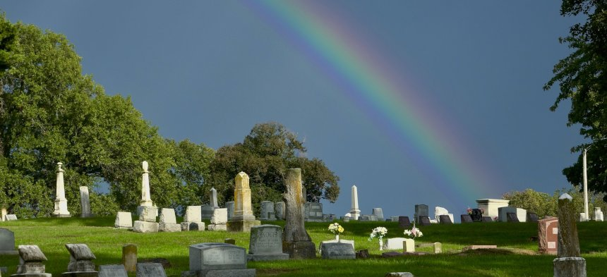 Ein Regenbogen steht über einem Friedhof.
