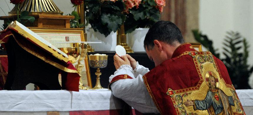 Ein Priester feiert eine Tridentinische Messe.