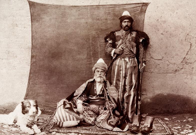 Während die Dschihadisten heute alles Unislamische auslöschen, nahmen die Missionare einst die Kultur auf. Pater Jacques (sitzend) in armenischer Tracht