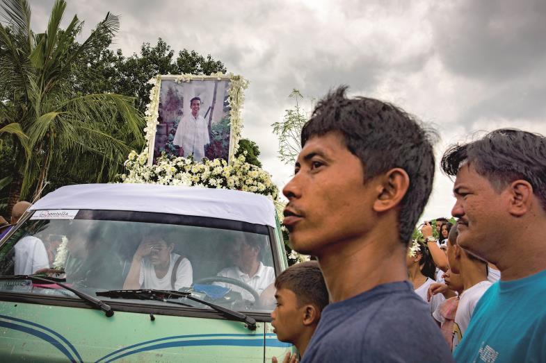Trauerzug für Kian Loyd delos Santos in den Straßen Manilas. Der Siebzehnjährige war als Drogenhändler von der Polizei erschossen worden.