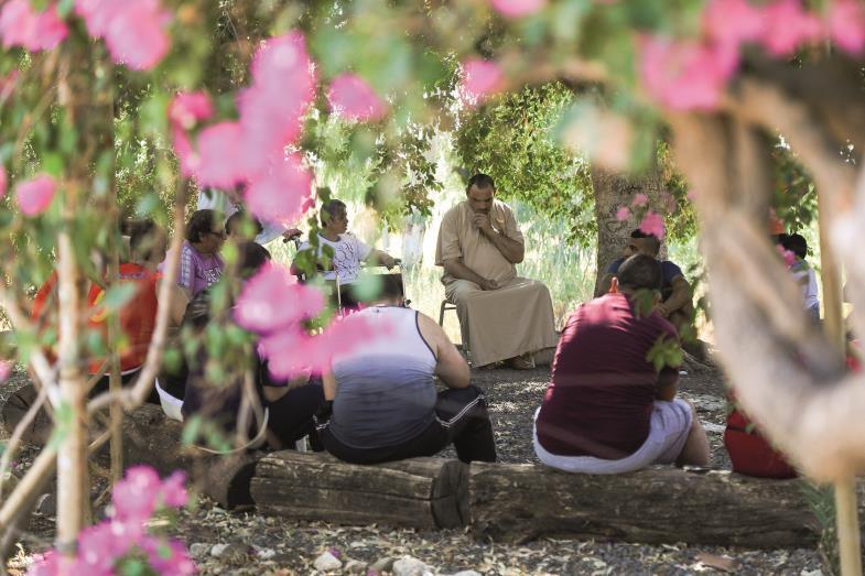 Menschen mit Behinderung bei einer geistlichen Besinnung. In Tabgha am See Gennesaret haben die Benediktiner einen Raum für Begegnung geschaffen.