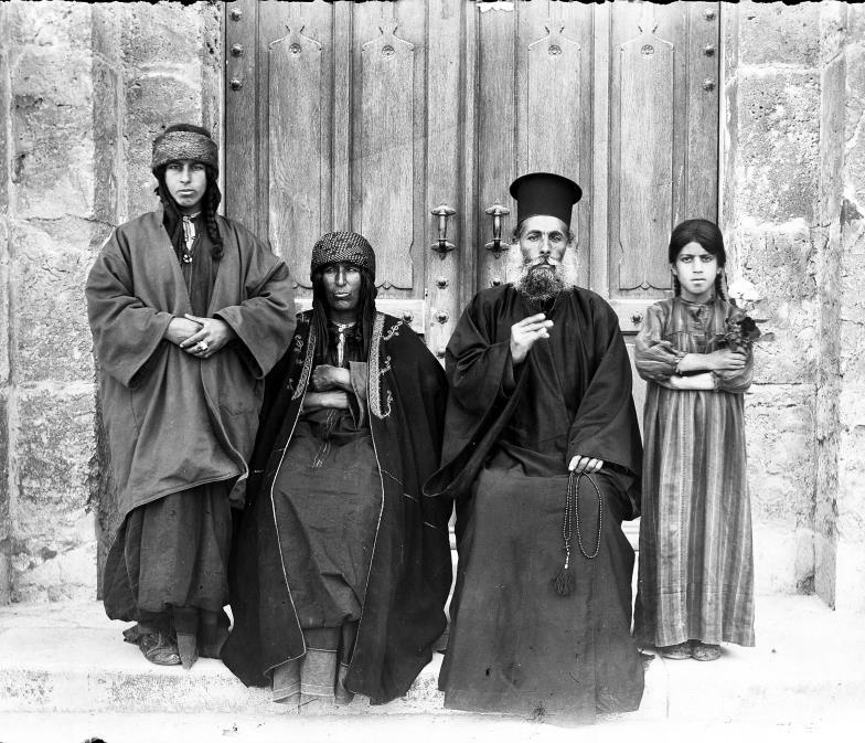 Ein arabischer Priester einer orthodoxen Kirche mit Ehefrau und zwei Töchtern: Christliches Selbstbewusstsein vor Sankt Anna in Jerusalem im Jahr 1905