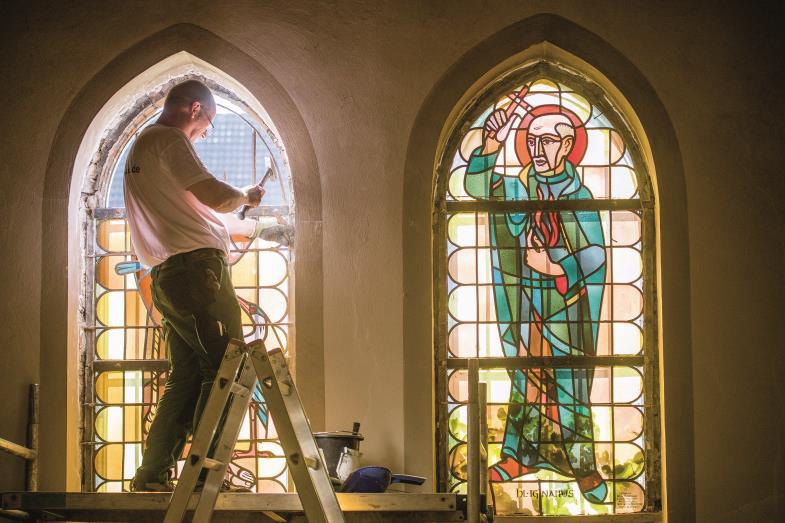 Ein letztes Mal fällt das Licht durch die Fenster der Kirche Sankt Barbara. Das Gotteshaus wird abgerissen, doch wenigstens wird die Kunst bewahrt.