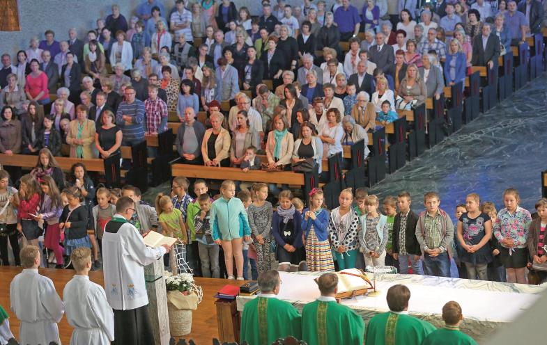 """Bis auf den letzten Platz gefüllt ist die Eucharistiefeier in der Kirche """"Mutter Gottes"""", die sich in Nowa Huta, einem Vorort von Krakau befindet."""