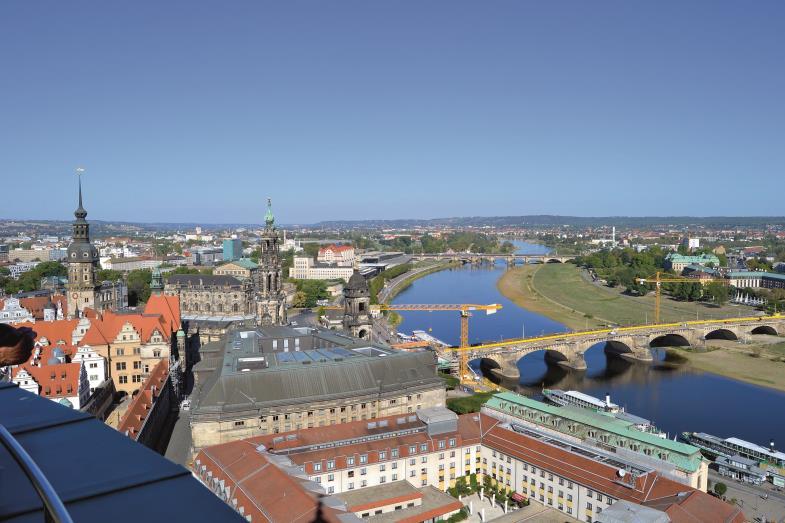 Herbstlicher Blick auf das Elbtal in Dresden von der Frauenkirche aus: Hier kann man dem lieben Gott bei der Arbeit zuschauen – und Menschen auch.