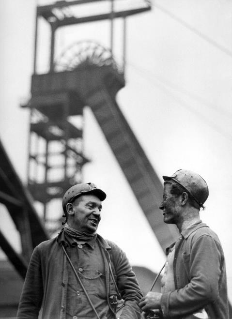 """Der """"Pott"""" stand lange vor allem für Kohle und Stahl. Zwei Kumpel Mitte der fünfziger Jahre"""