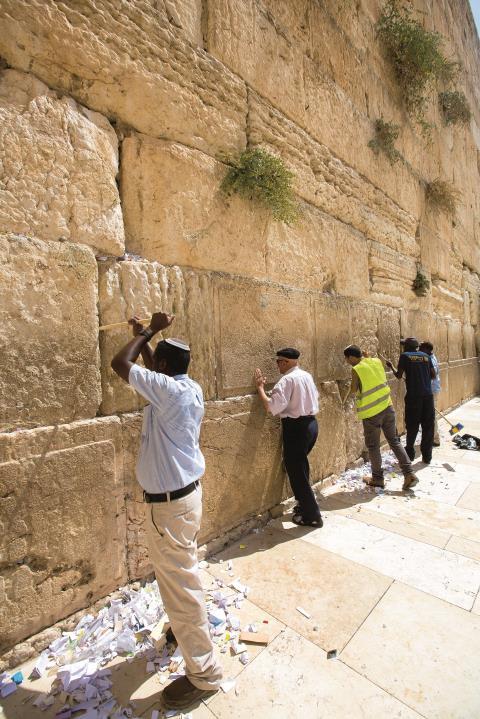 Die Reinigung des Heiligtums geht respektvoll vor sich.