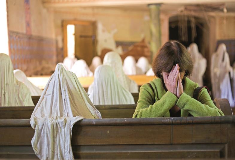 Seitdem der Künstler Jakub Hadrava in der Georgskirche von Luková seine stummen Vermummten installiert hat, kommen wieder Beterinnen ins Gotteshaus.