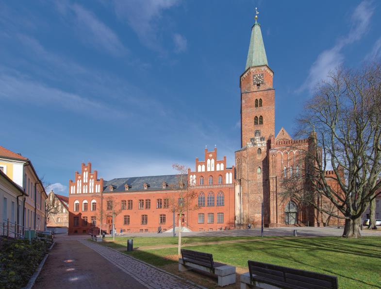 Der Dom zu Brandenburg, den Aposteln Petrus und Paulus geweiht, ist das älteste erhaltene Bauwerk und Ausgangspunkt der Geschichte des Ortes.