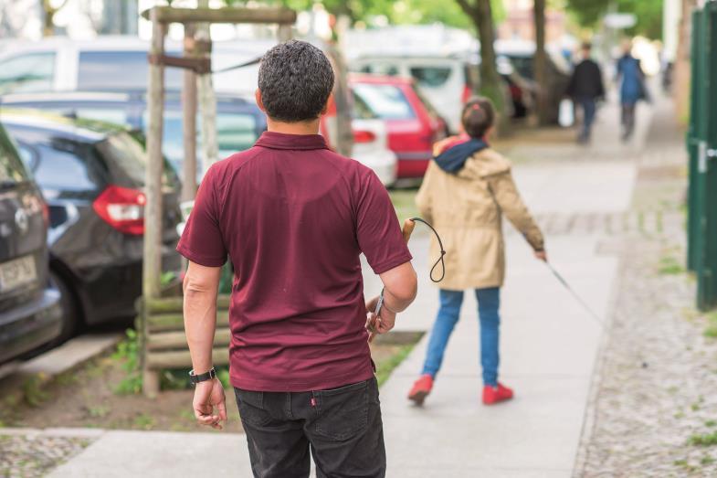 Auch mit Sehbehinderung selbstbestimmt – und glücklich – leben: Dazu ermutigt und trainiert Juan Ruiz Kinder und Jugendliche.