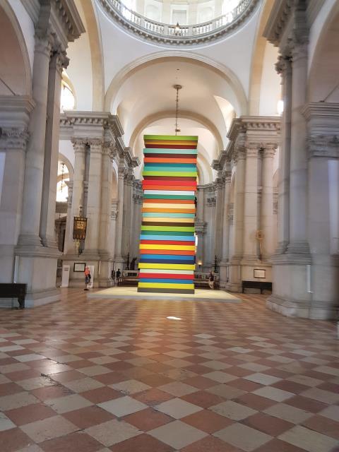 Bunte Zeiten? Was für ein Turmbau des irischen Künstlers Sean Scully in der von Andrea Palladio erbauten Georgs-Basilika in Venedig.