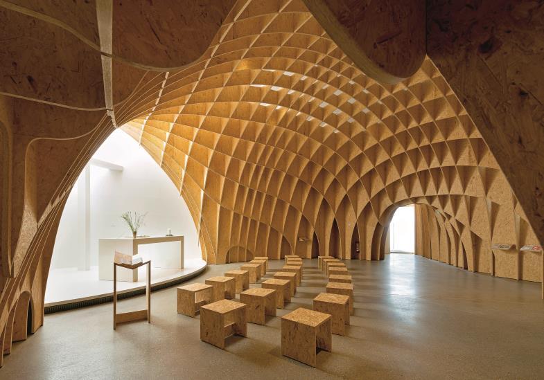 Sphärisches Gewölbe, inszeniertes Licht: Im Innern wirkt die Kirche gleichermaßen modern und anheimelnd zugleich.