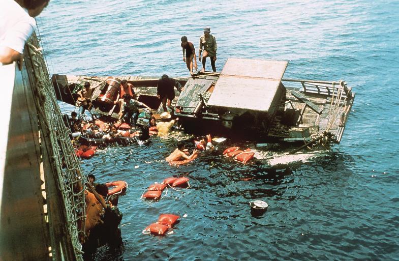 """Auf viel zu kleinen und völlig überfüllten Booten machen sich Menschen auf den Weg – damals wie heute. Vor vierzig Jahren rettete die """"Cap Anamur""""."""