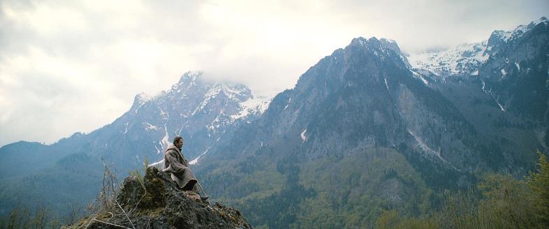Auf dem Berg lässt sich der Herr sehen; Besnik (Arben Bajraktaraj), versunken im Gebet.