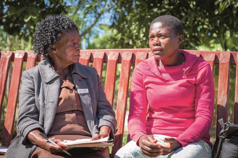 Auf der Freundschaftsbank: Melenia Motokari (links, im Gespräch mit Dorcas Gumbeze) ist eine der Laientherapeutinnen, die bei seelischen Leiden helfen.