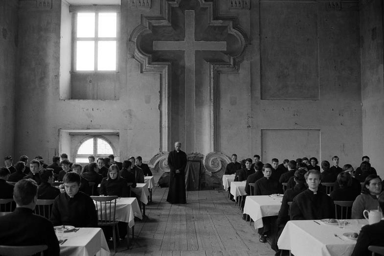 """Gott mehr gehorchen als den Menschen: Manchmal verlangt das Gewissen zu protestieren, auch wenn der Magen schreit. Szene aus """"Služobníci""""/""""Diener""""."""